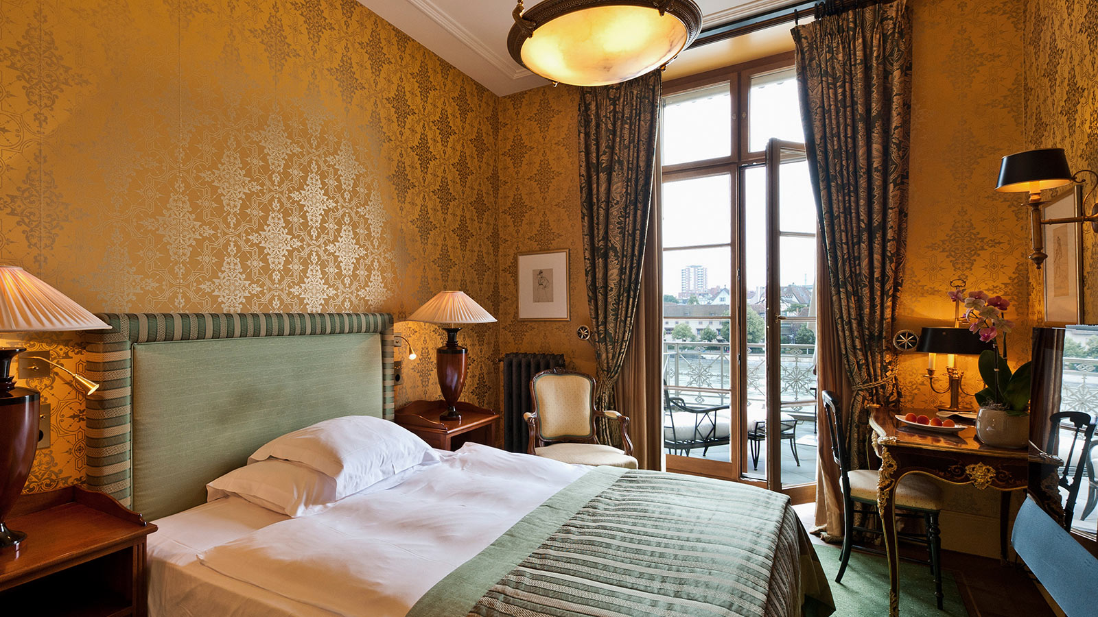rooms deluxe junior room le trois rois basel 00.jpg
